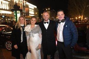 Hokejista Marián Gáborík s manželkou Ivanou sa počas príchodu na Ples v opere stali súčasťou natáča zábavnej relácie.Na snímke pózujú spolu s Adelou Vinczeovou a  Danom Danglom