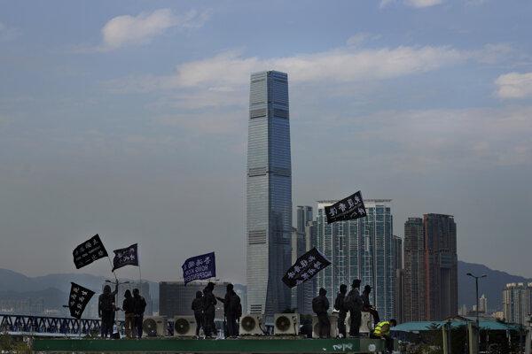 Postavenie Hongkongu ovplyvňujú dlhotrvajúce protesty.