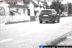 Šofér tohto BMW riadne dupol v obci na plyn.