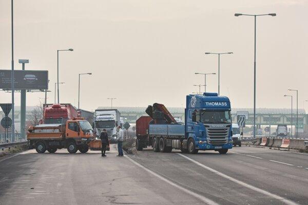 Autodopravcovia blokujú hraničný priechod Rusovce - Rajka.
