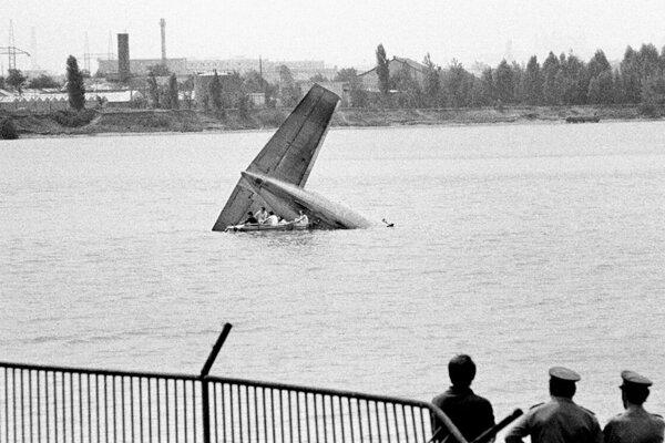Z vody trčala iba chvostová časť lietadla.