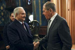Na snímke vpravo ruský minister zahraničných vecí Sergej Lavrov a líbyjský poľný maršal Chalífa Haftar počas stretnutia v Moskve 13. januára 2020.
