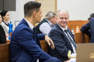 Vľavo brat zavraždeného Jána Kuciaka Jozef a vpravo advokát rodiny Kušnírovcov Roman Kvasnica.
