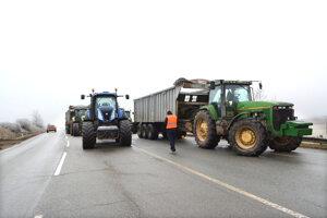 Účastníkmi protestu autodopravcov boli pri Košiciach aj farmári.