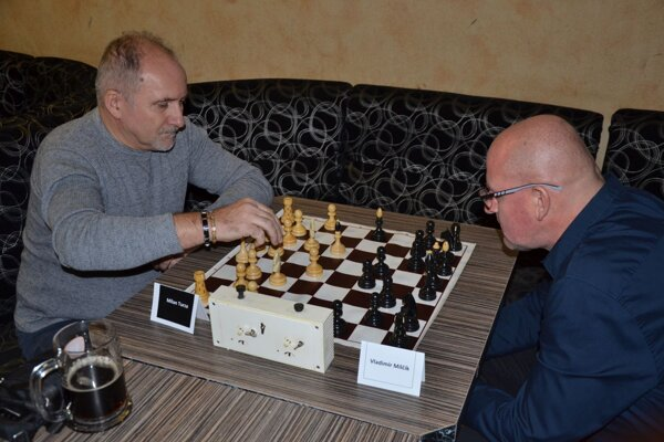 Víťaz turnaja Milan Turza (vľavo) s hlavným organizátorom Vladimirom Milčíkom, ktorý skončil štvrtý.