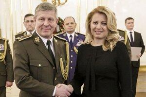 Nádejný nový minister zdravotníctva Vladimír Lengvarský počas jeho vymenovania za brigádneho generála prezidentkou Zuzanou Čaputovou v januári 2020.