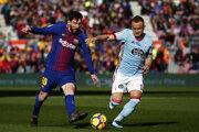 Stanislav Lobotka (vpravo) ešte v drese Celta Vigo a Lionel Messi z FC Barcelona.