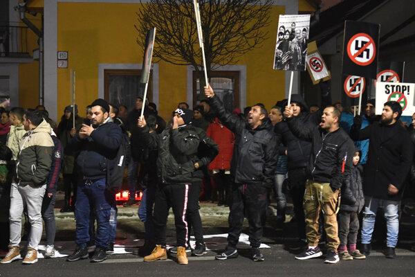 Protestujúci v Sabinove.