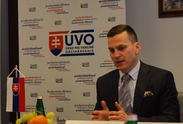 Šéf ÚVO Miroslav Hlivák v minulosti verejne kritizoval projekt Edunet_SK a žiadal prehodnotiť víťaza napriek tomu, že Rada ÚVO na projekte vážne chyby nenašla a potvrdila ho.