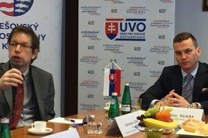 Jaroslav Lexa (vľavo, Inštitút verejného obstarávania) a Miroslav Hlivák (ÚVO).
