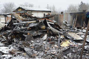 Deň po požiari boli na mieste už len zvyšky z chatrčí.