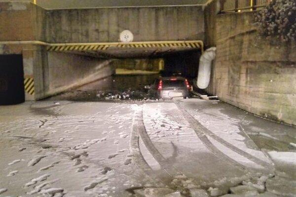 Uviaznuté auto v podjazde.