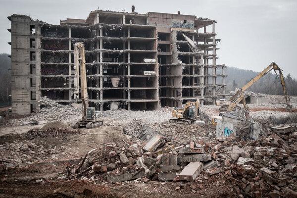 Búranie nemocnice Rázsochy.