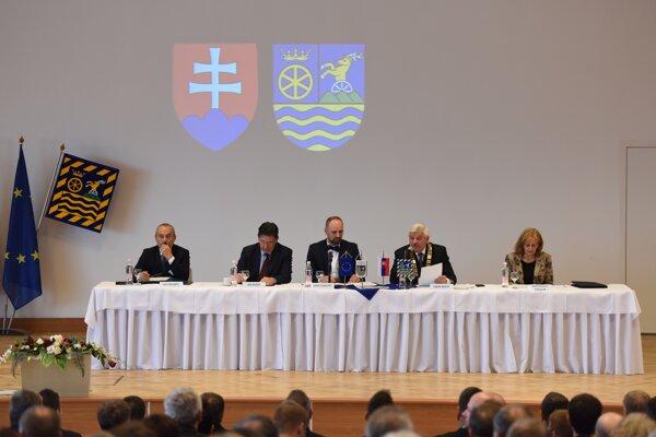 Slávnostné zloženie sľubu nového predsedu TTSK Jozefa Viskupiča, vpravo aj súčasná kontrolórka Kvetoslava Tibenská.