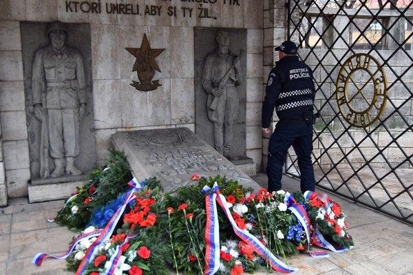 Pietny akt sa konal pri pamätníku Červenej armády na Námestí osloboditeľov.
