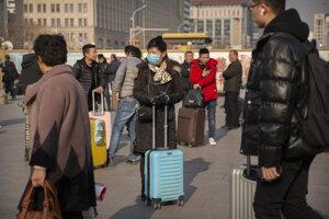 Obyvateľka Pekingu stojí pri jednej z lavkových staníc v Pekingu.