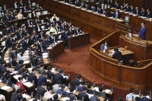 Japonský premiér Šinzó Abe oboznamuje parlament s plánmi svojho vládneho kabinetu.
