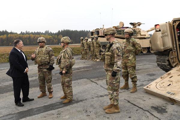 Americký minister zahraničných vecí Mike Pompeo sa rozpráva s americkými vojakmi počas jeho návštevy na vojenskej základni v nemeckom meste Grafenwöhr 7. novembra 2019.