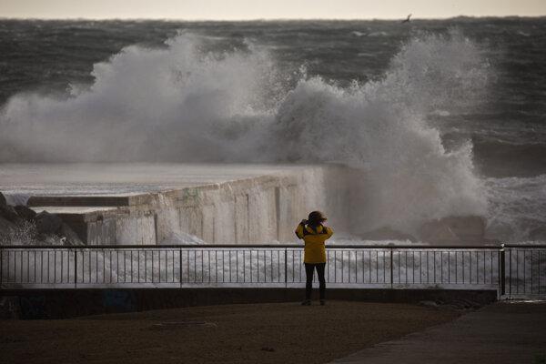 Zlé počasie v krajine má podľa očakávania trvať až do stredy.