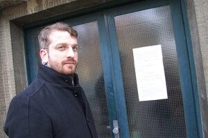 Martin Hodál vylepil na vchody stavebné povolenie. Dovtedy mnohí o plánovanej výstavbe nevedeli.