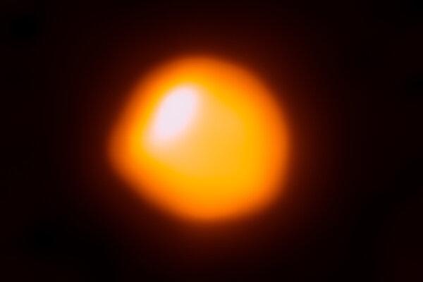 Doposiaľ najdetailnejší záber Betelgeuze, ktorý vyhotovilo observatórium ALMA. Zvláštny tvar hviezdy je spôsobený bublinou horúceho plynu na povrchu.