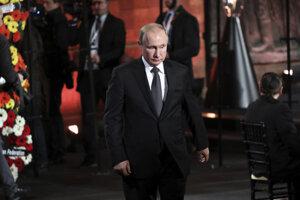 Ruský prezident Vladimir Putin prichádza na ceremoniál pri príležitosti piateho Svetového fóra o holokauste.