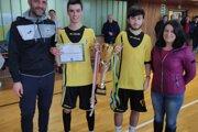 Stankovskí dorastenci prebrali víťazný pohár z rúk starostky obce Melčice-Lieskové Kataríny Remencovej a Miroslava Kopčana (vľavo).
