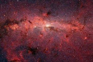 Stovky tisíc hviezd v okolí stredu našej galaxie. Odtiene červenej farby predstavujú vesmírny prach.