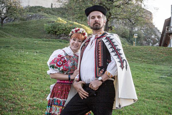 Helena Krajčiová a Thomas Kamenar ako čerstvý manželský pár v seriáli Nový život. Ona s maďarským menom, on Rakúšan.