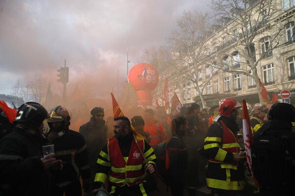 Hasiči demonštrovali v centre Paríža za zvýšenie platov a proti prepúšťaniu.