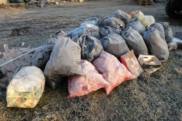 V obciach sa množia vrecia so separovaným odpadom.