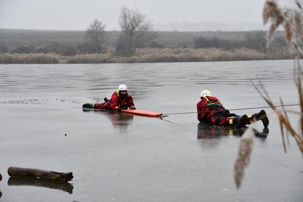 Nácvik hasičov na zamrznutej vodnej ploche