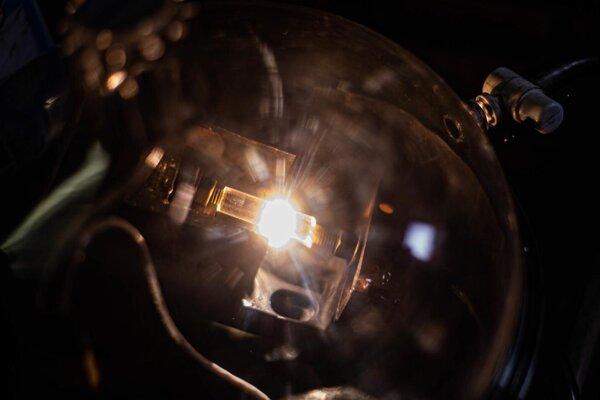 Záblesk svetla a extrémneho tepla pri novej metóde, ktorá umožňuje z odpadu na báze uhlíka vytvoriť vzácny grafén.