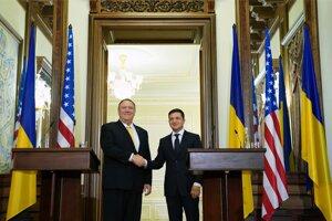 Minister zahraničných vecí USA Mike Pompeo (vľavo) a ukrajinský prezident Volodymyrom Zelenskyj.