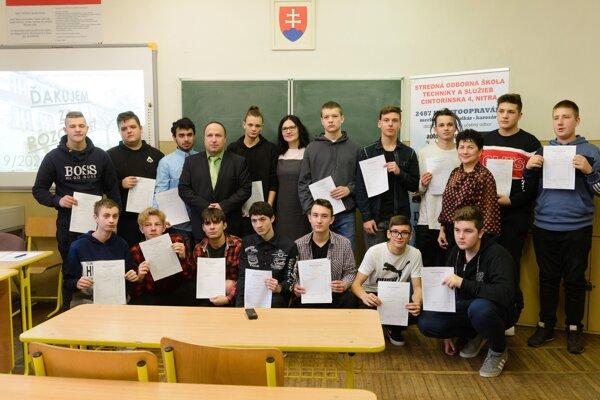 Ministerka Martina Lubyová navštívila Strednú odbornú školu techniky a služieb v Nitre. Pri tejto príležitosti odovzdala stredoškolákom výpisy polročných hodnotení.
