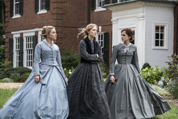 Florence Pugh, Saoirse Ronan a Emma Watson vo filme Malé ženy.