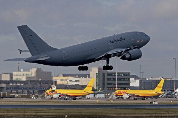 Lietadlo nemeckých vzdušných síl odlieta z letiska pre občanov Nemecka do Číny.