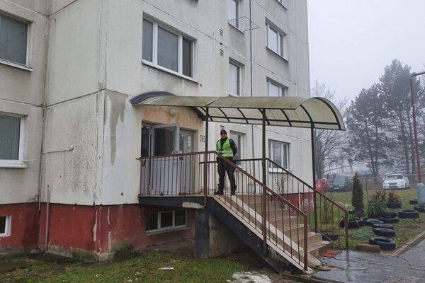 Bytovka je uzavretá, vstup strážia policajti.