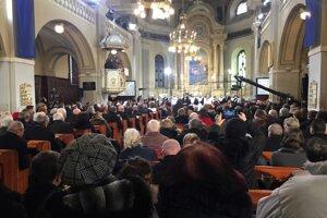 Plný Chrám sv. Trojice vítal nového biskupa.