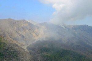Dym stúpa zo sopky Šindake na japonskom ostrove Kučinoerabudžima