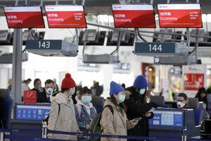 Čínski pasažieri na letisku Václava Havla v Prahe.