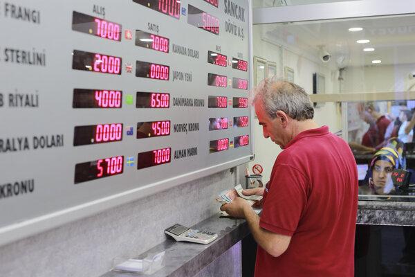 Turecký muž počíta turecké líry pred zmenárňou.