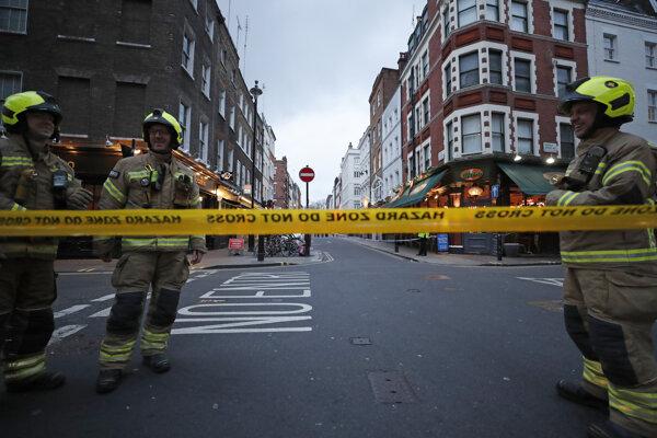 Hasiči stoja na uzavretej ulici v štvrti Soho po náleze bomby z druhej svetovej bomby v Londýne 3. februára 2020.