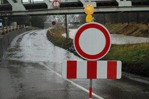 Keď cestu zaplaví voda, mesto ju dopravným značením uzavrie.