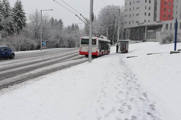 Ťažký sneh komplikuje dopravu hlavne na sídliskách, ktoré sú v kopcovitom teréne.
