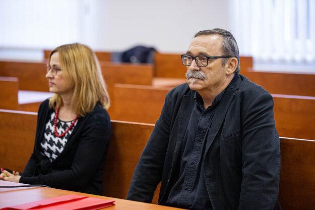 Na súde za zatvorenými dverami vypovedajú znalci Anton Heretik a Andrea Heretiková. Fotografia vznikla ešte pred tým, ako predsedníčka senátu vydala zákaz zhotovovania obrazových materiálov.