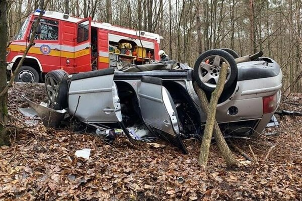 Jedno z vozidiel po zrážke skončilo mimo cesty.