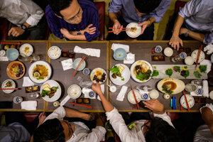 Skupina mužov na večeri v Tokiu v tradičnej japonskej reštaurácii Taruiči, ktorá sa zameriava na prípravu veľrybieho mäsa.
