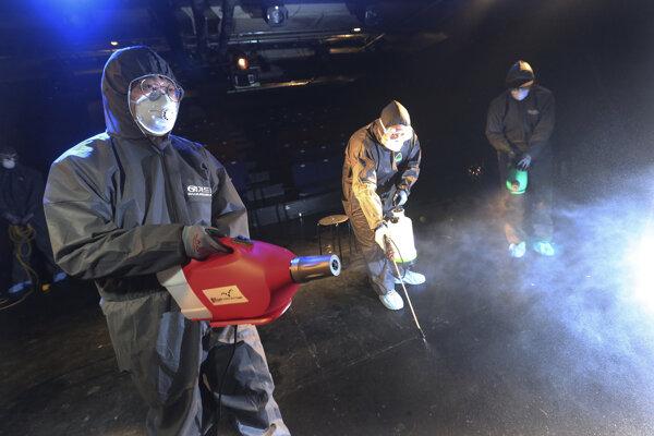 Pracovníci sprejujú dezinfekciu ako opatrenie proti koronavírusu v divadle v juhokórejskom Soule.