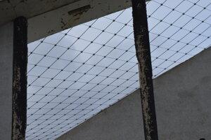 Vo februári je natiahnutá takmer celá lanová konštrukcia strechy.